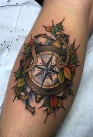 男生小腿上彩绘简单线条植物叶子和指南针纹身图片