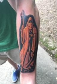 男生手臂上彩绘抽象线条个性人物肖像纹身图片