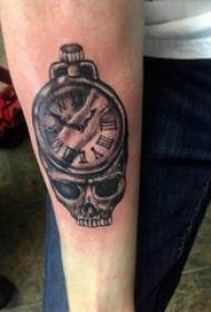 男生手臂上黑灰素描点刺技巧创意钟表骷髅纹身图片