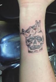 男生手臂上黑灰素描点刺技巧创意皇冠骷髅纹身图片