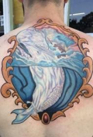 男生后背上彩绘简单抽象线条小动物鲸鱼纹身图片
