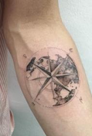 女生手臂上黑灰素描点刺技巧创意指南针纹身图片