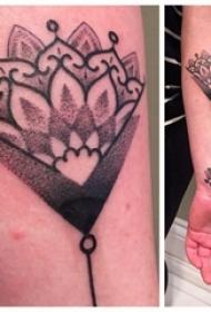 女生手臂上黑色点刺简单线条创意几何花朵纹身图片