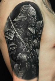 男生手臂上黑灰素描点刺技巧创意战士纹身图片