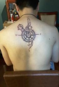 男生背部黑灰素描创意精致复古指南针纹身图片