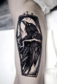 男生小腿上黑灰素描点刺技巧创意小鸟纹身图片