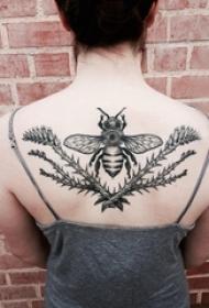 女生背部黑色线条素描文艺唯美昆虫纹身图片