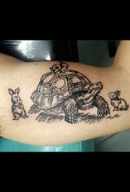 男生手臂上黑色几何简单线条小动物乌龟和兔子纹身图片