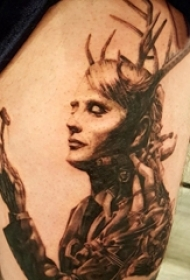 女生大腿上黑灰点刺简单线条鹿角和人物肖像纹身图片