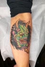 男生手臂上彩绘简单抽象线条恐怖般若纹身图片