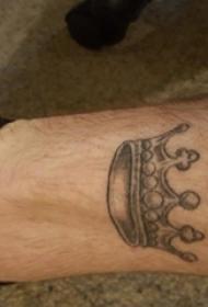 男生小腿上黑色点刺简单线条皇冠纹身图片