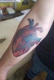 男生手臂上彩绘渐变抽象线条创意心脏纹身图片