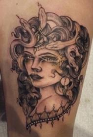女生大腿上黑灰素描点刺技巧霸气精致女生人物纹身图片