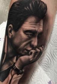 男生手臂上黑色点刺简单线条帅气人物肖像纹身图片