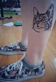 女生小腿上黑色点刺简单抽象线条小动物猫纹身图片