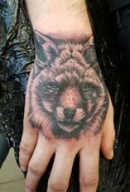女生手臂上黑灰素描点刺技巧狼头纹身图片