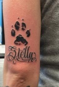 男生手臂上黑色点刺简单线条英文和爪印纹身图片