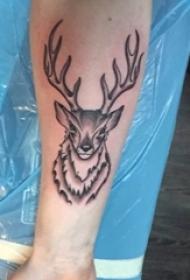 男生手臂上黑灰素描点刺技巧创意麋鹿纹身图片