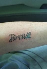 男生手臂上彩绘渐变和黑色点刺拼接英文单词纹身图片
