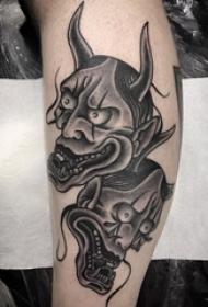 男生小腿上黑色点刺抽象线条恐怖般若纹身图片
