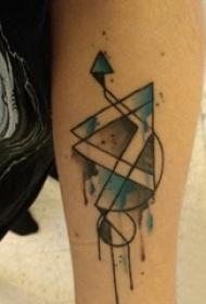 男生手臂上黑色线条几何元素水彩泼墨纹身图片