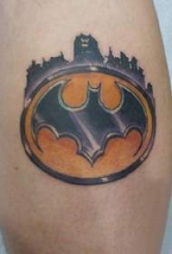 男生小腿上彩绘渐变几何简单线条蝙蝠侠符号纹身图片