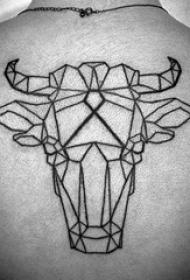 男生背部黑色线条创意霸气牛头纹身图片