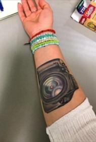 女生手臂上彩绘水彩素描创意文艺照相机纹身图片