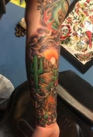 男生手臂上彩绘渐变简单线条植物仙人掌和沙漠风景纹身图片