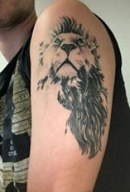 男生大臂上黑色点刺抽象线条小动物狮子纹身图片