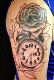 男生大臂上黑色点刺几何抽象线条花朵和时钟纹身图片
