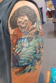 男生手臂上彩绘渐变简单线条动物和卡通骷髅纹身图片