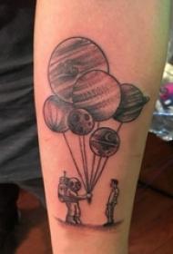 男生手臂上黑色点刺几何线条星球和宇航员纹身图片
