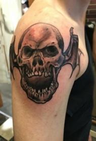 男生手臂上黑色点刺简单线条恶魔骷髅纹身图片