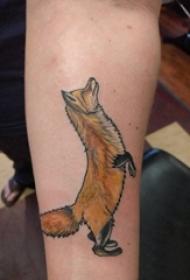 男生手臂上彩绘渐变抽象线条可爱小动物狐狸纹身图片