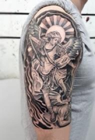 男生手臂上黑灰素描点刺技巧创意天使翅膀纹身图片