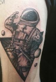 男生手臂上黑色点刺几何简单线条星球和宇航员纹身图片