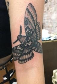 女生手臂上黑色点刺简单线条骷髅型蝴蝶纹身图片
