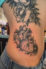 女生侧腰上黑灰素描点刺技巧创意心脏纹身图片