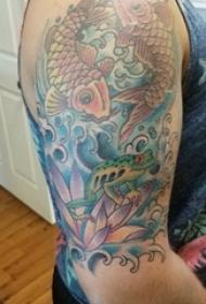 男生手臂上彩绘水彩素描创意鲤鱼花