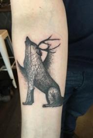 女生手臂上黑色点刺几何简单线条小动物狼纹身图片
