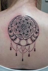 女生背部黑灰素描点刺技巧创意梵花花纹纹身图片