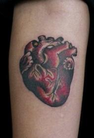 男生手臂上彩绘渐变抽象线条心脏和大脑纹身图片