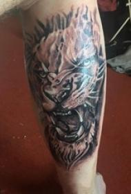 男生小腿上黑灰素描点刺技巧创意霸气豹子头纹身图片