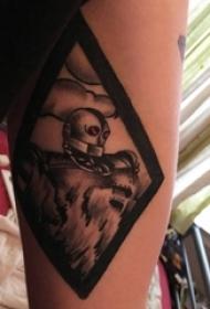 女生手臂上黑灰素描点刺技巧创意骷髅纹身图片