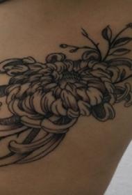 女生侧腰上黑色点刺简单抽象线条植物菊花纹身图片
