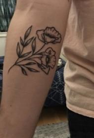 男生手臂上黑色点刺技巧简单个性线条植物花朵纹身图片
