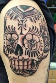 男生手臂上黑灰素描点刺技巧创意唯美花纹骷髅纹身图片