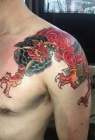 男生肩膀上彩绘水彩素描创意霸气龙图腾纹身图片
