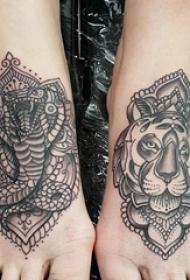 女生脚背上黑色点刺几何线条小动物大象和狮子纹身图片